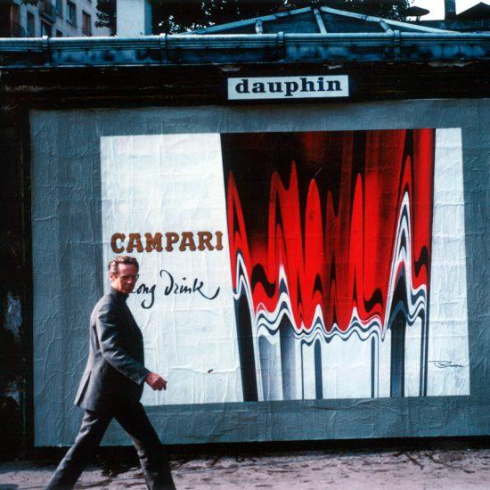 Roger Excoffon dans la rue de l'affiche Campari Long Drink
