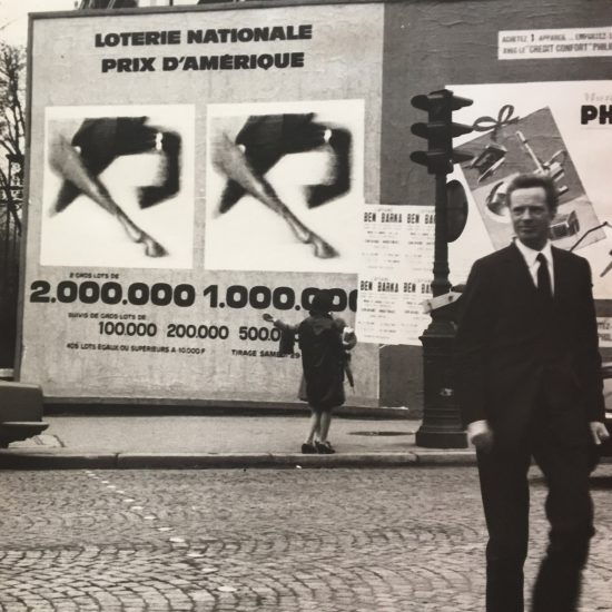 Roger Excoffon devant l'affiche Loterie Nationale Grand Prix d'Amérique, 1965