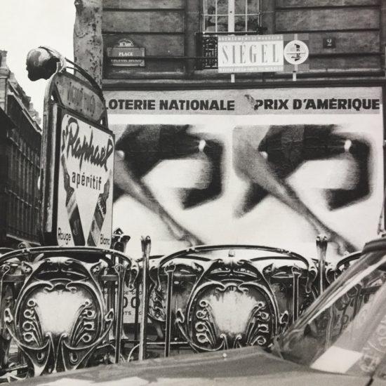 Photo in situ de l'affiche Loterie Nationale - Grand Prix d'Amérique, 1965 - Roger Excoffon