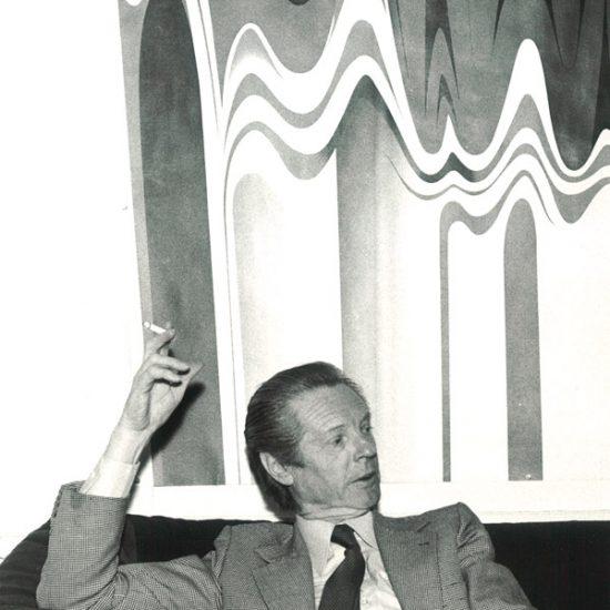 Roger Excoffon devant l'affiche Campari Long drink 1977